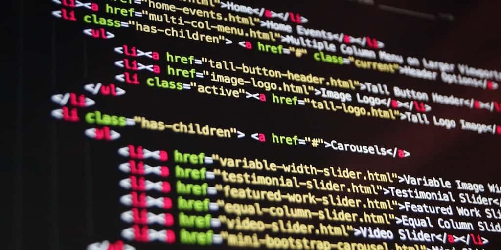 Foto de etiquetas HTML en una pantalla de ordenador