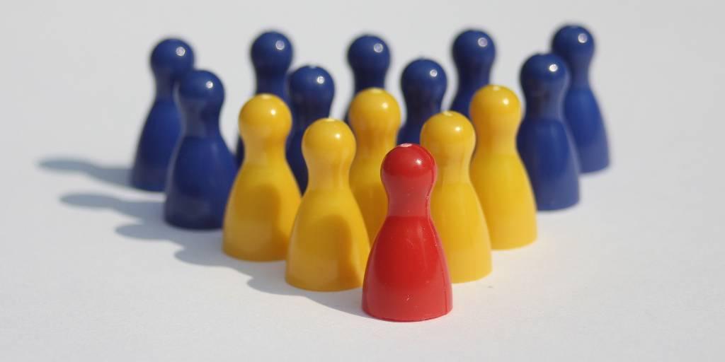 Fichas de un juego formando una jerarquía con tres colores